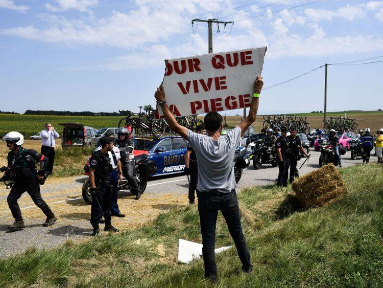 Un manifestant tient une pancarte pour la région de Piege. au cours d'un agriculteurs protestation