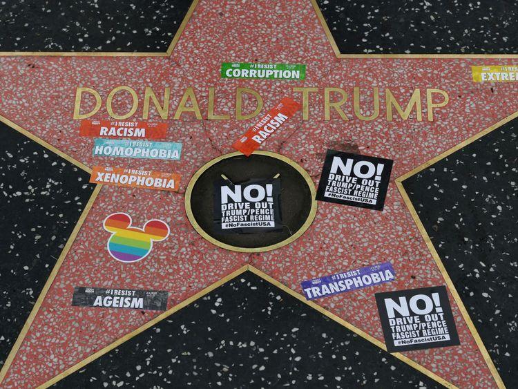 La star a aussi souvent été défigurée en signe de protestation