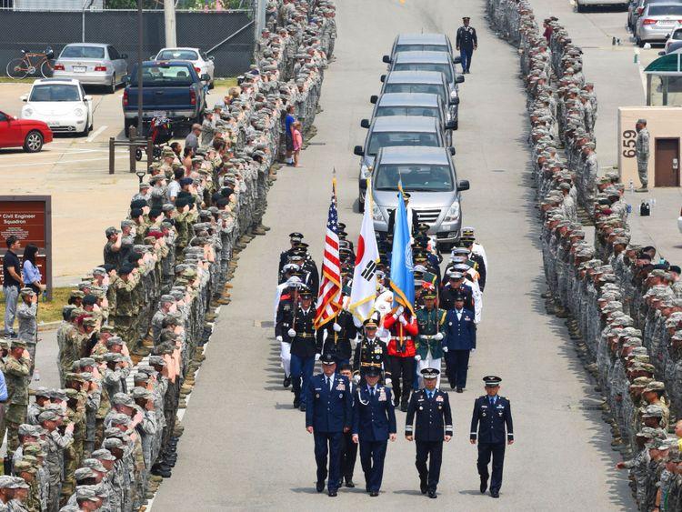 Les membres du Commandement des Nations Unies se tiennent au courant de l'arrivée de 55 boîtes de restes de soldats
