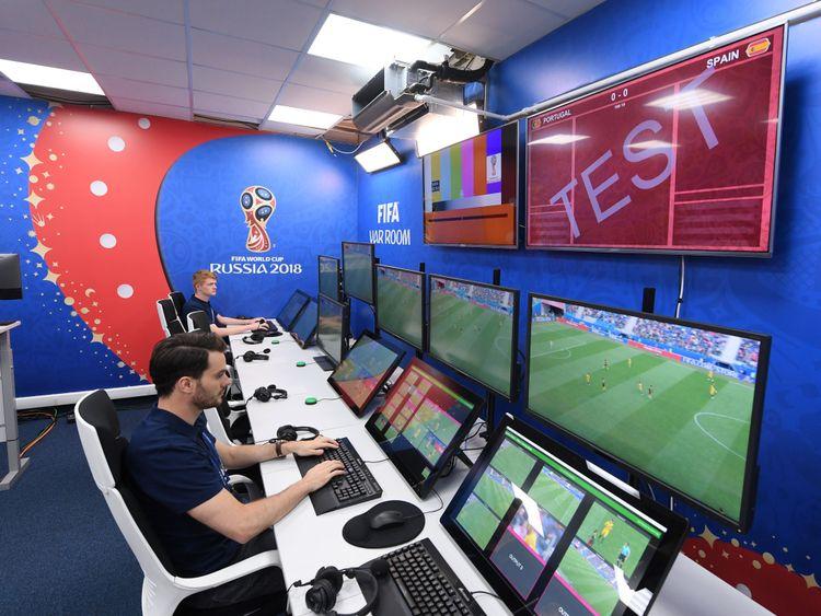 MOSCOU, RUSSIE - JUIN 09: Vue générale de la salle de l'arbitre vidéo assistant du système VAR qui sera utilisée lors de tous les matches de la Coupe du Monde de la FIFA lors de l'ouverture officielle du Centre International de Radio et Télévision le 9 juin 2018 à Moscou , Russie. (Photo par Laurence Griffiths / Getty Images)