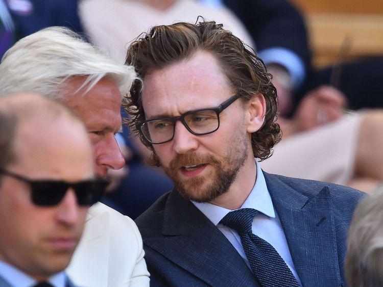 Tom Hiddleston est assis dans la Royal Box pour regarder Kevin Anderson jouer Novak Djokovic dans la finale des hommes de Wimbledon