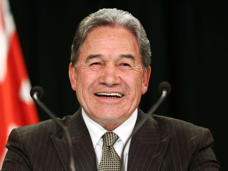 Winston Peters est Premier Ministre par intérim tandis que Jacinda Ardern est en congé de maternité.