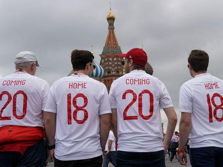 Les fans d'Angleterre chantent des chansons dans la rue Nikolskaya, près de la Place Rouge, en prélude à la demi-finale de la Coupe du Monde entre l'Angleterre et la Croatie le 11 juillet 2018 à Moscou, en Russie.