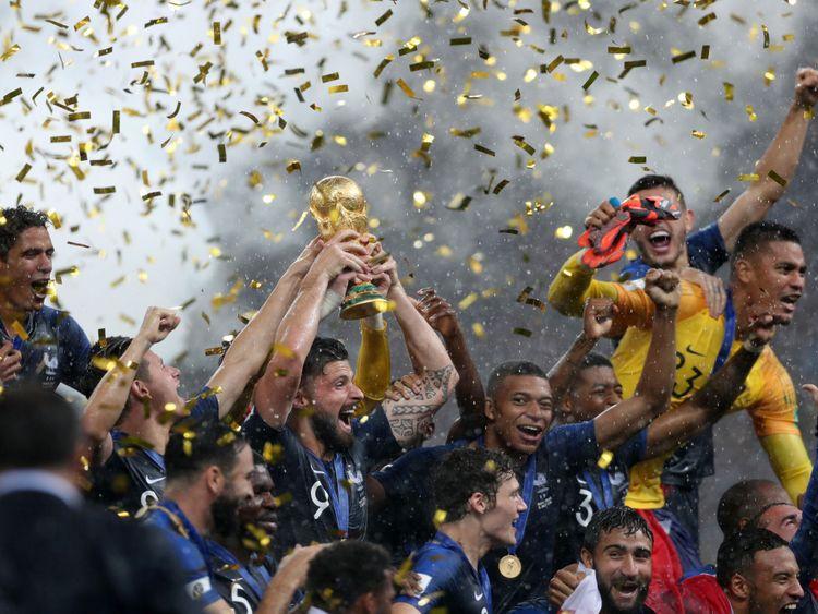 MOSCOU, RUSSIE - 15 JUILLET: Le Français Olivier Giroud célèbre avec le trophée de la Coupe du Monde et ses coéquipiers la victoire de son équipe lors de la Coupe du Monde de la FIFA 2018 entre la France et la Croatie au Stade Luzhniki le 15 juillet 2018 à Moscou. (Photo par Clive Rose / Getty Images)