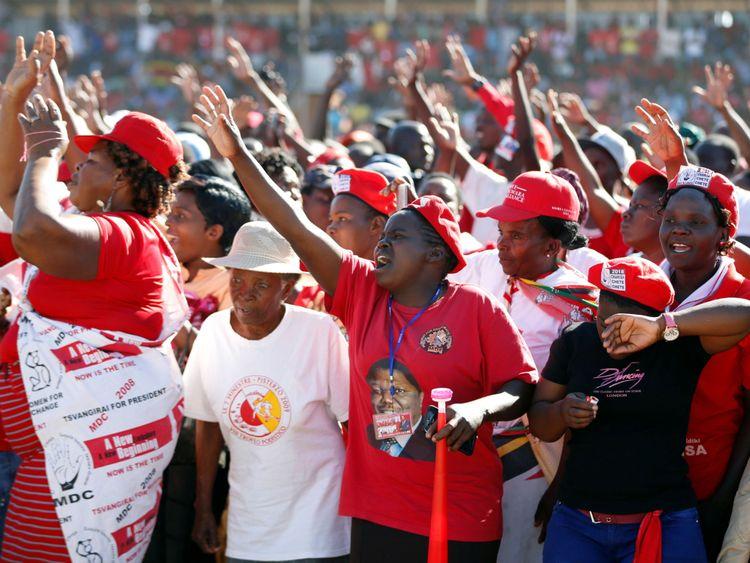 Les partisans de l'opposition du Zimbabwe assistent à un rassemblement à Chitungwiza, à l'extérieur de Harare, au Zimbabwe, le 26 juillet 2018