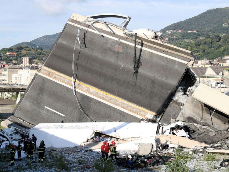 Les sauveteurs peuvent être vus à côté d'une grande partie de l'autoroute tombée