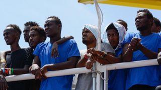 """Les migrants ont pris le bateau-mer de Médecins Sans Frontières, le Verseau. 141 ont été secourus et se voient maintenant refuser l'autorisation d'accoster en Italie et à Malte. Pic: Guglielmo Mangiapane / SOS Mediterranee """"srcset ="""" https://e3.365dm.com/18/08/320x180/skynews-msf-aquarius-migrants_4388774.jpg?20180813124139 320w, https://e3.365dm.com/ 18/08 / 640x380 / skynews-msf-aquarius-migrants_4388774.jpg? 20180813124139 640w, https://e3.365dm.com/18/08/736x414/skynews-msf-aquarius-migrants_4388774.jpg?20180813124139 736w, https: //e3.365dm.com/18/08/992x558/skynews-msf-aquarius-migrants_4388774.jpg?20180813124139 992w, https://e3.365dm.com/18/08/1096x616/skynews-msf-aquarius-migrants_4388774 .jpg? 20180813124139 1096w, https://e3.365dm.com/18/08/1600x900/skynews-msf-aquarius-migrants_4388774.jpg?20180813124139 1600w, https://e3.365dm.com/18/08/1920x1080 /skynews-msf-aquarius-migrants_4388774.jpg?20180813124139 1920w, https://e3.365dm.com/18/08/2048x1152/skynews-msf-aquarius-migrants_4388774.jpg?20180813124139 2048w """"size ="""" (min-width : 900px) 992px, 100vw"""