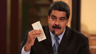 """Le président vénézuélien, Nicolas Maduro, détient un billet de la nouvelle monnaie Bolivar Soberano (Sovereign Bolivar) """"srcset ="""" https://e3.365dm.com/18/08/320x180/skynews-venezuela-nicolas-maduro_4394814. jpg? 20180819164427 320w, https://e3.365dm.com/18/08/640x380/skynews-venezuela-nicolas-maduro_4394814.jpg?20180819164427 640w, https://e3.365dm.com/18/08/736x414/ skynews-venezuela-nicolas-maduro_4394814.jpg? 20180819164427 736w, https://e3.365dm.com/18/08/992x558/skynews-venezuela-nicolas-maduro_4394814.jpg?20180819164427 992w, https: //e3.365dm. com / 18/08 / 1096x616 / skynews-venezuela-nicolas-maduro_4394814.jpg? 20180819164427 1096w, https://e3.365dm.com/18/08/1600x900/skynews-venezuela-nicolas-maduro_4394814.jpg?20180819164427 1600w, https://e3.365dm.com/18/08/1920x1080/skynews-venezuela-nicolas-maduro_4394814.jpg?20180819164427 1920w, https://e3.365dm.com/18/08/2048x1152/skynews-venezuela-nicolas -maduro_4394814.jpg? 20180819164427 2048w """"tailles ="""" (min-width: 900px) 992px, 100vw"""