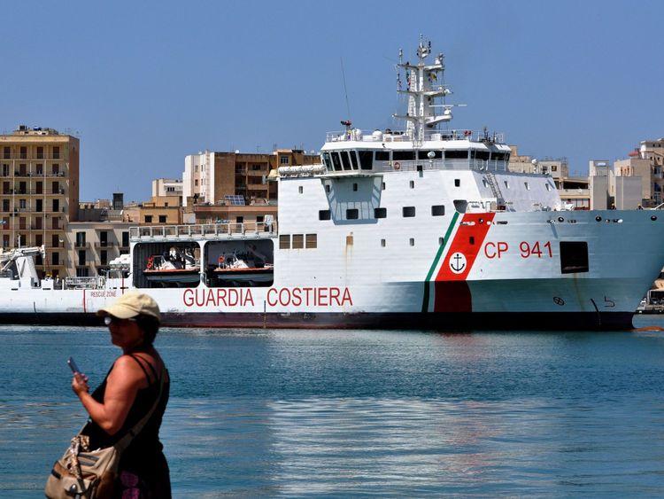 Les migrants sont à bord du navire de la garde côtière Diciotti dans le port de Lampedusa. Fichier image