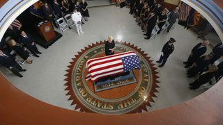 "Cindy, l'épouse de John McCain à l'Arizona State Capitol ""srcset ="" https://e3.365dm.com/18/08/320x180/skynews-john-mccain-arizona_4404981.jpg?20180829190635 320w, https: // e3.365dm.com/18/08/640x380/skynews-john-mccain-arizona_4404981.jpg?20180829190635 640w, https://e3.365dm.com/18/08/736x414/skynews-john-mccain-arizona_4404981.jpg ? 20180829190635 736w, https://e3.365dm.com/18/08/992x558/skynews-john-mccain-arizona_4404981.jpg?20180829190635 992w, https://e3.365dm.com/18/08/1096x616/skynews -john-mccain-arizona_4404981.jpg? 20180829190635 1096w, https://e3.365dm.com/18/08/1600x900/skynews-john-mccain-arizona_4404981.jpg?20180829190635 1600w, https://e3.365dm.com /18/08/1920x1080/skynews-john-mccain-arizona_4404981.jpg?20180829190635 1920w, https://e3.365dm.com/18/08/2048x1152/skynews-john-mccain-arizona_4404981.jpg?20180829190635 2048w ""tailles = ""(min-width: 900px) 992px, 100vw"
