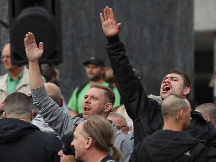 CHEMNITZ, Allemagne - 27 août: Un homme lève le bras dans un salut de Heil Hitler contre des gauchistes chahutant lors d'une manifestation de protestation de droite le lendemain d'un homme poignardé et décédé de ses blessures le 27 août 2018 à Chemnitz, en Allemagne.