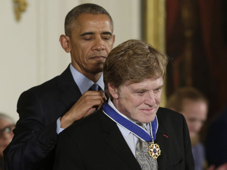 Le président américain Barack Obama décerne à l'acteur et réalisateur Robert Redford (R) la Médaille présidentielle de la liberté lors d'une cérémonie dans la salle Est de la Maison Blanche à Washington