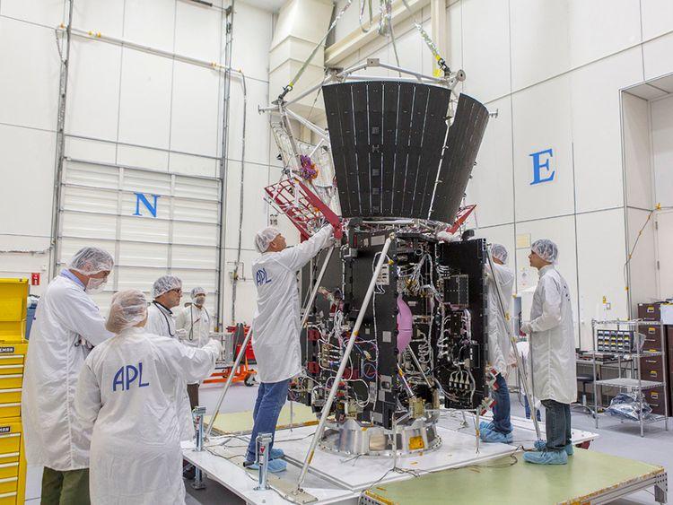 Les membres de l'équipe d'intégration et de test de la mission sécurisent les composants critiques de la protection thermique de l'engin spatial Solar Probe Plus. Pic: Laboratoire de physique appliquée de l'Université NASA / Johns Hopkins