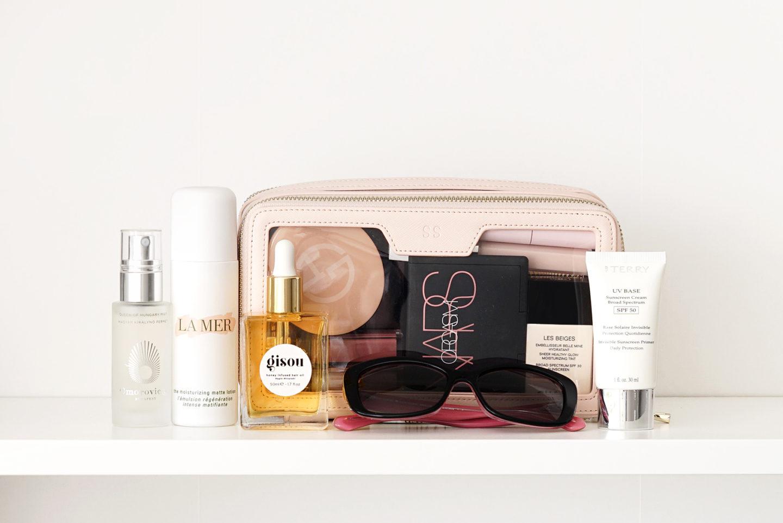 Le meilleur sac de maquillage transparent du Daily Edited, la lotion mate hydratante La Mer, l'huile capillaire Gisou, par la crème solaire Terry