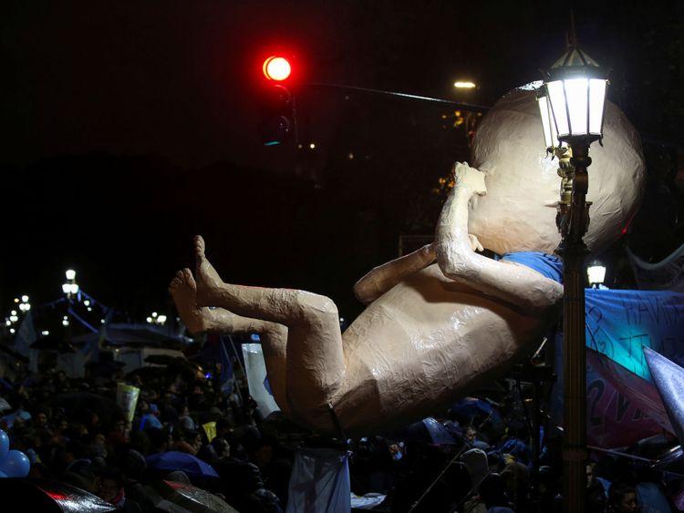 Un modèle de foetus a été porté par des manifestants anti-avortement