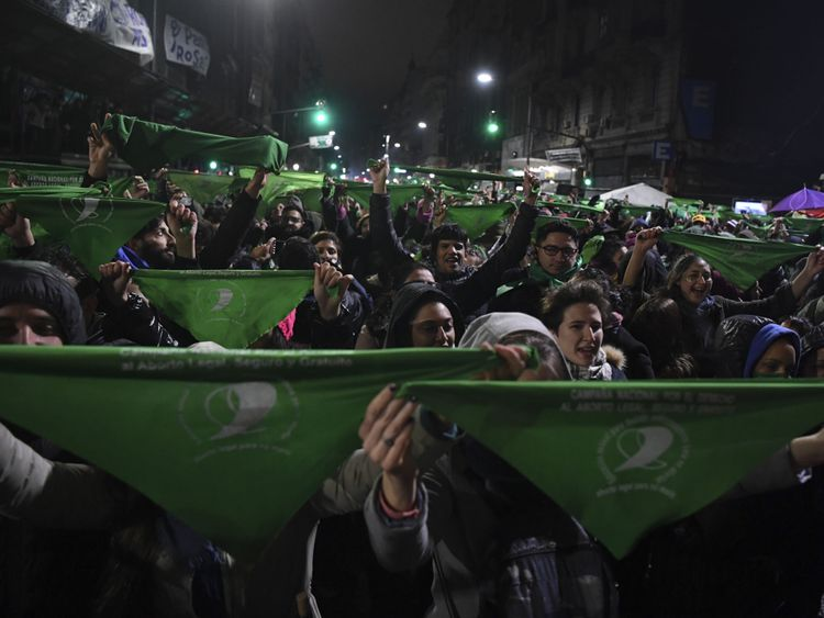 Les militants pro-choix ont brandi leurs bannières vertes lorsque les politiciens ont voté