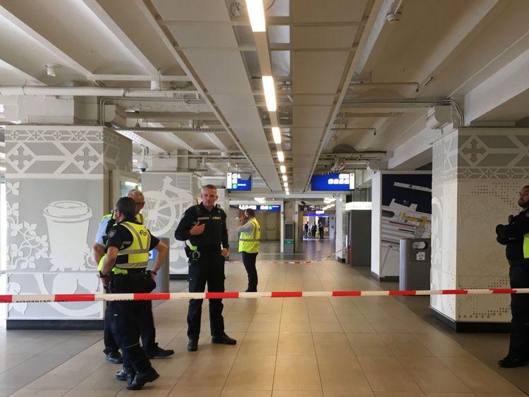 Un cordon à l'intérieur de la gare occupée du centre d'Amsterdam