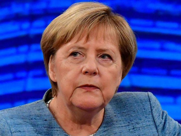 La chancelière allemande Angela Merkel, lors de son entretien d'été traditionnel dans un studio de télévision de la chaîne publique allemande ARD, a eu lieu le 26 août 2018 à Berlin. (Photo de Tobias SCHWARZ / AFP) (Le crédit photo devrait se lire TOBIAS SCHWARZ / AFP / Getty Images)