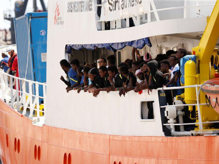 Des migrants sont vus à bord du navire humanitaire Aquarius à Boiler Wharf à Senglea, dans le Grand Harbour de La Valette, à Malte.