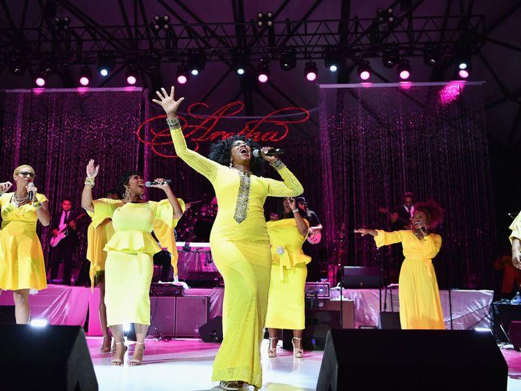 Des chanteurs interprètent un événement hommage à Aretha Franklin à l'amphithéâtre de Chene Park