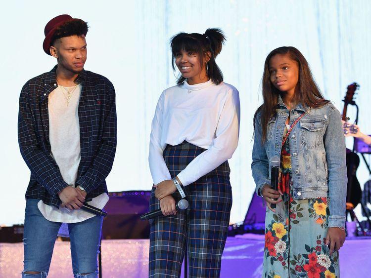 Les petits-enfants d'Aretha Franklin (L-R) Jordan, Victorie et Gracie prennent la parole lors d'un événement en hommage