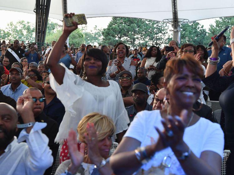 Les gens applaudissent lors de l'événement hommage à Aretha Franklin