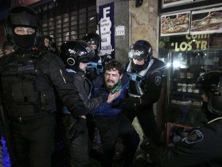 La police a arrêté des manifestants pro-vie alors que la violence avait éclaté