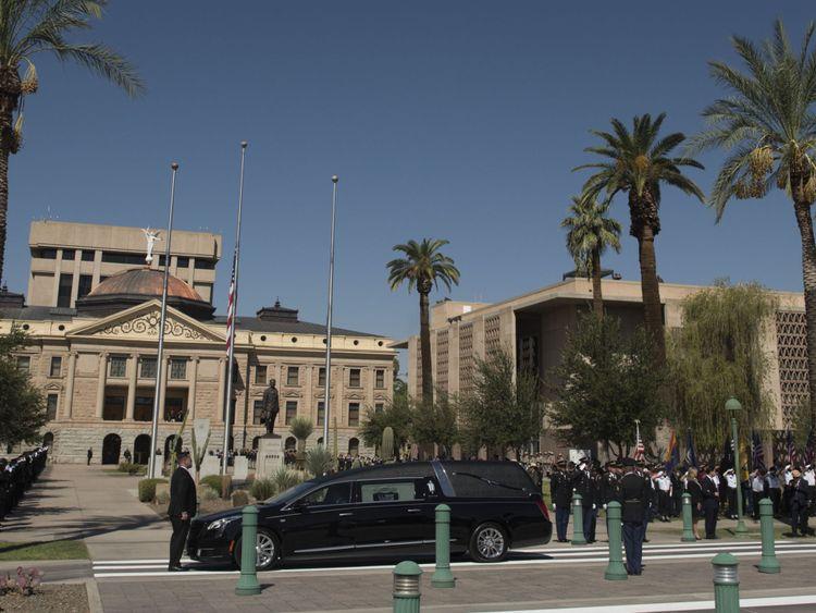 Un cortège a accompagné le corbillard de M. McCain au Capitole de l'Arizona