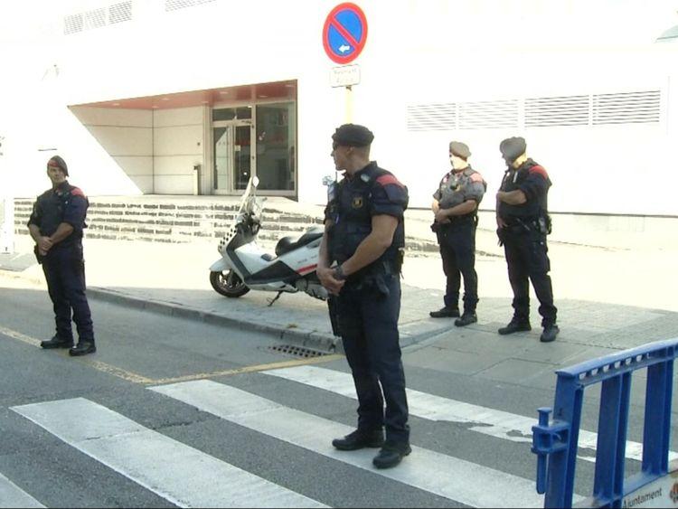La sécurité a été renforcée dans les postes de police à travers le pays