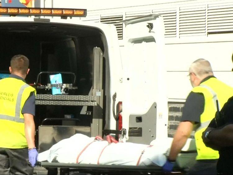 Le suspect est transporté dans une ambulance