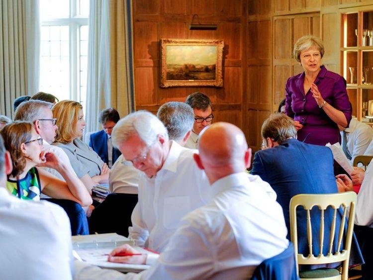 Theresa May s'adressant au cabinet au cours de discussions approfondies sur le Brexit à Checkers. Pic: Couronne Copyright