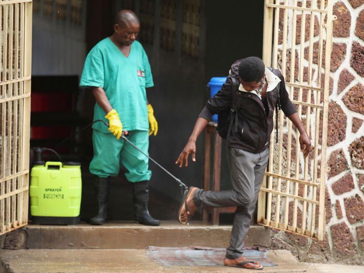 Un agent de santé pulvérise un chlore sur un visiteur après avoir quitté l'installation d'isolement, prête à recevoir des cas suspects d'Ebola, à l'hôpital général de Mbandaka, à Mbandaka, en République démocratique du Congo 20 mai 2018
