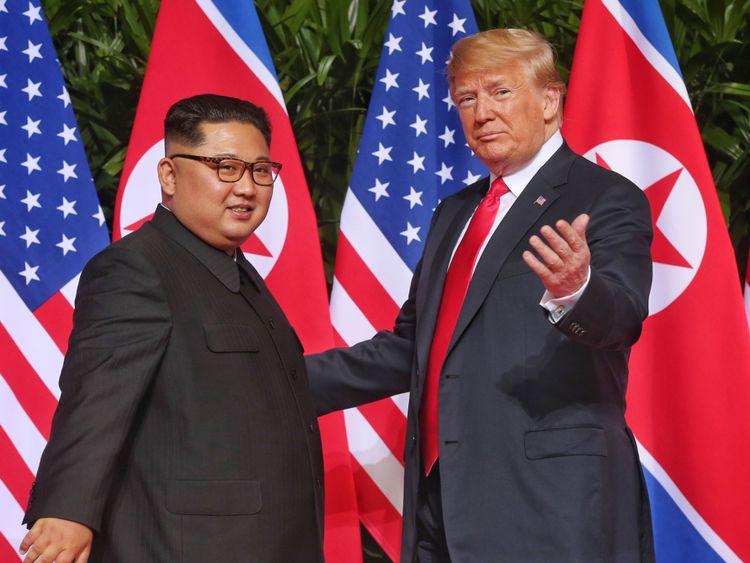 SINGAPOUR - 12 JUIN: Dans cette photo, le leader nord-coréen Kim Jong-un (L) rencontre le président américain Donald Trump lors de son sommet historique entre la RPDC et l'USC à l'hôtel Capella sur l'île de Sentosa, le 12 juin 2018 à Singapour. Le président américain Trump et le leader nord-coréen Kim Jong-un ont tenu mardi matin à Singapour la réunion historique entre les dirigeants des deux pays, espérant mettre fin à des décennies d'hostilité et à la menace du programme nucléaire nord-coréen. (Photo de Kevin Lim / THE STRAITS TIM