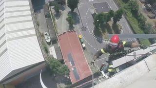 """Les services d'urgence et les pompiers ont continué à travailler sur le pont Morandi qui s'est effondré à Gênes, alors que des funérailles d'Etat avaient lieu dans la ville. """" cam_4393401.jpg? 20180818130234 320w, https://e3.365dm.com/18/08/640x380/skynews-genoa-bridge-helmet-cam_4393401.jpg?20180818130234 640w, https://e3.365dm.com/18/ 08 / 736x414 / skynews-genoa-bridge-helmet-cam_4393401.jpg? 20180818130234 736w, https://e3.365dm.com/18/08/992x558/skynews-genoa-bridge-helmet-cam_4393401.jpg?20180818130234 992w, https://e3.365dm.com/18/08/1096x616/skynews-genoa-bridge-helmet-cam_4393401.jpg?20180818130234 1096w, https://e3.365dm.com/18/08/1600x900/skynews-genoa -bridge-helmet-cam_4393401.jpg? 20180818130234 1600w, https://e3.365dm.com/18/08/1920x1080/skynews-genoa-bridge-helmet-cam_4393401.jpg?20180818130234 1920w, https: //e3.365dm .com / 18/08 / 2048x1152 / skynews-genoa-bridge-helmet-cam_4393401.jpg? 20180818130234 2048w """"tailles ="""" (min-width: 900px) 992px, 100vw"""