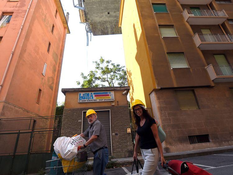Les résidents locaux portent des casques pour récupérer leurs effets personnels