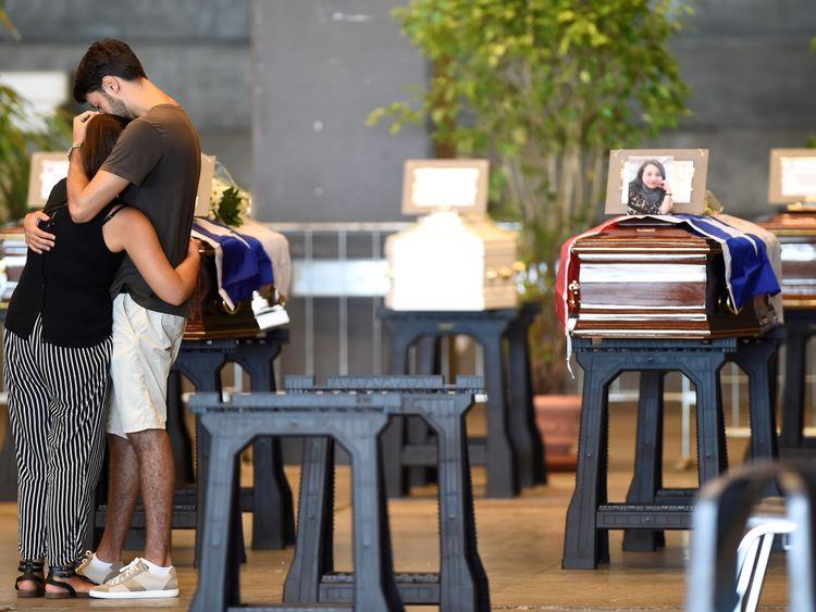 Certains des morts ont été placés dans le centre d'exposition de Gênes avant les funérailles nationales