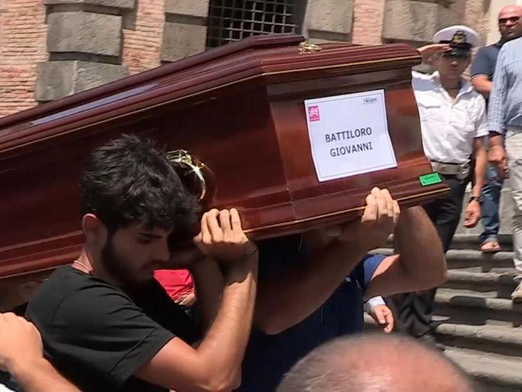 Quatre des victimes - des amis qui conduisaient en France - ont été enterrées ensemble