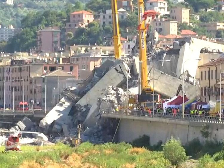 Le sauvetage et la récupération se poursuivent à Gênes un jour après l'effondrement d'un tronçon du pont Morandi