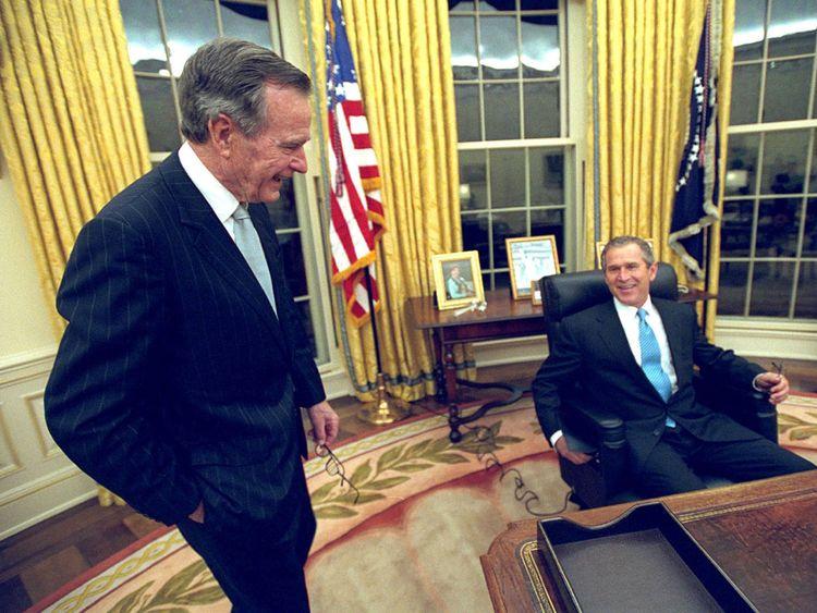 George HW Bush (L) et son fils George W Bush en 2001