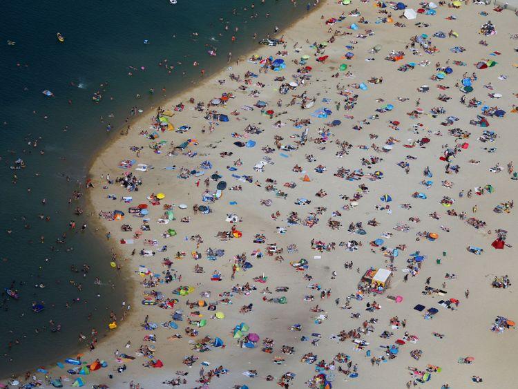 Les gens prennent le soleil sur une plage sur les rives du lac Silbersee à Haltern, en Allemagne