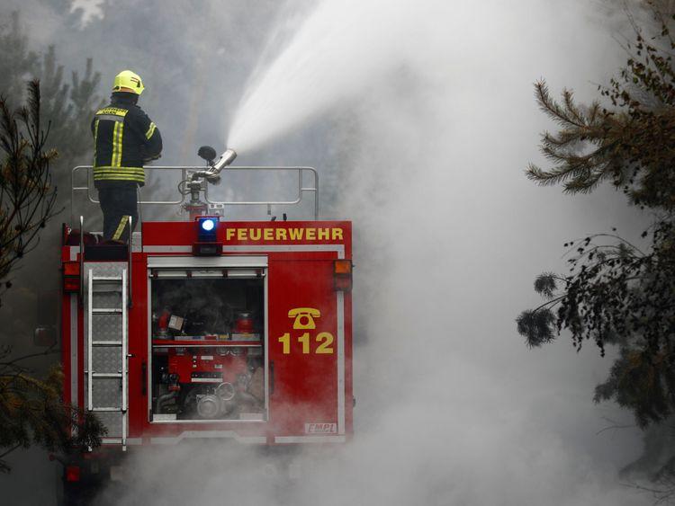 Les pompiers aident à éteindre un incendie de forêt près de Treuenbrietzen, en Allemagne, le 24 août 2018. REUTERS / Hannibal Hanschke