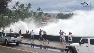 """Les vagues entrantes dominent les passants de Kona, à Hawaii, aux États-Unis. 23 août 2018 Crédit: Ryan Leinback """"srcset ="""" https://e3.365dm.com/18/08/320x180/skynews-hawaii-hurricane_4399364.jpg?20180824074356 320w, https://e3.365dm.com/18/08/640x380/skynews-hawaii-hurricane_4399364.jpg?20180824074356 640w, https://e3.365dm.com/18/08/736x414/skynews-hawaii-hurricane_4399364.jpg ? 20180824074356 736w, https://e3.365dm.com/18/08/992x558/skynews-hawaii-hurricane_4399364.jpg?20180824074356 992w, https://e3.365dm.com/18/08/1096x616/skynews-hawaii -hurricane_4399364.jpg? 20180824074356 1096w, https://e3.365dm.com/18/08/1600x900/skynews-hawaii-hurricane_4399364.jpg?20180824074356 1600w, https://e3.365dm.com/18/08/1920x1080 /skynews-hawaii-hurricane_4399364.jpg?20180824074356 1920w, https://e3.365dm.com/18/08/2048x1152/skynews-hawaii-hurricane_4399364.jpg?20180824074356 2048w """"size ="""" (min-width: 900px) 992px , 100vw"""