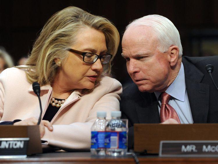 Les Clinton ont appelé M. McCain un homme politique compétent et résistant.