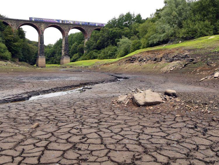 Une partie du réservoir Wayoh, près de Bolton, a été détruite par la canicule britannique