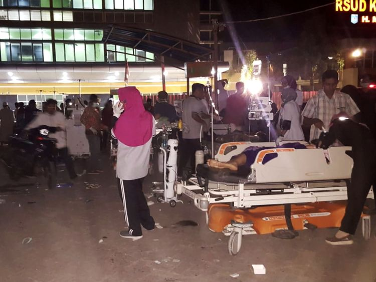 Le 5 août 2018, le personnel de l'hôpital a soigné des patients à l'extérieur d'un hôpital indonésien, sur l'île de Lombok, à Mataram. - Un puissant séisme a frappé le 5 août l'Indonésie de Lombok. une alerte au tsunami, juste une semaine après un séisme, a tué 17 personnes sur l'île de vacances. Le dernier tremblement avait une magnitude de sept et a frappé à seulement 10 km sous terre, selon le US Geological Survey. Deux répliques ont suivi. (Photo par RITA