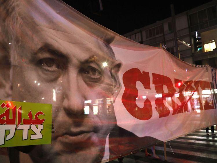 The & Crime Minister & # 39; Une bannière a également été vue lors d'une manifestation à Tel-Aviv samedi