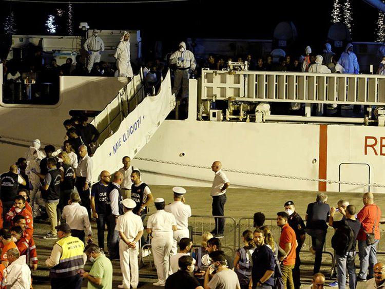 La police a photographié les migrants pour des contrôles d'identité quand ils ont débarqué du navire