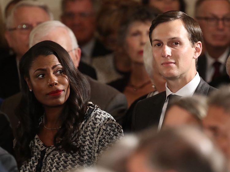 Jared Kushner (R) et Omarosa Manigault Newman assistent à une cérémonie de remise d'une médaille d'honneur