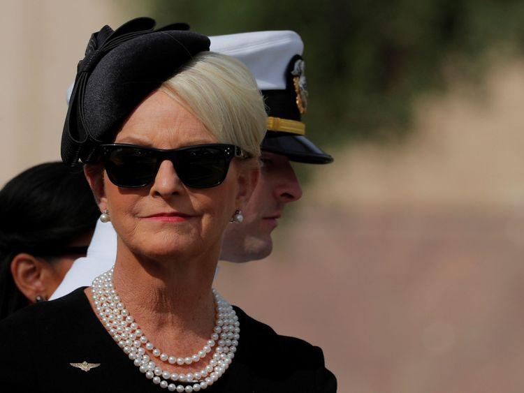 Cindy McCain, la veuve de John McCain, attend à l'extérieur de l'église