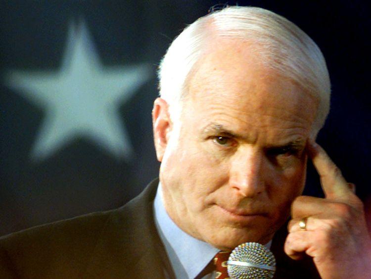 Le candidat républicain à la présidentielle John McCain pointe du doigt lors de son meeting de lancement de la Caroline au Presbyterian College le 2 février 2000